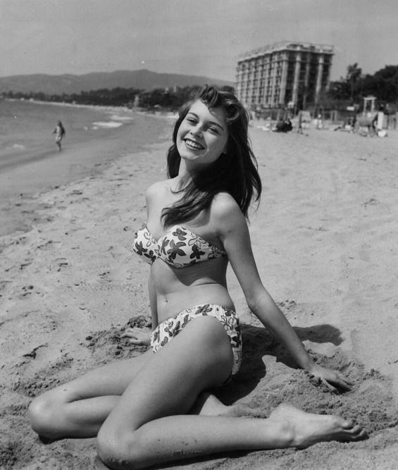 Brigitte Bardot na plaży w bikini