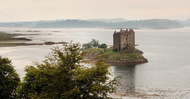 Zamek Stalker koło Appin na zachodnim wybrzeżu, to zamek Aargh z filmu Monty Python i Święty Graal (Monty Python and the Holy Grail, 1975).