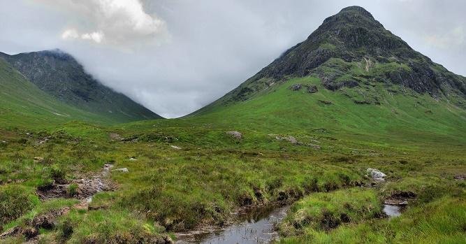 Glencoe, a już za tą górką Glen Etive. Tutaj kręcono sceny do filmów Nieśmiertelny (Highlander, 1986), Skyfall (Skyfall, 2012), Braveheart – Waleczne serce (Braveheart, 1995) i wielu innych.