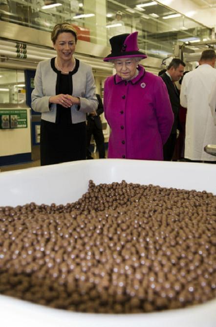 Królowa Elżbieta II w różowym kostiumie