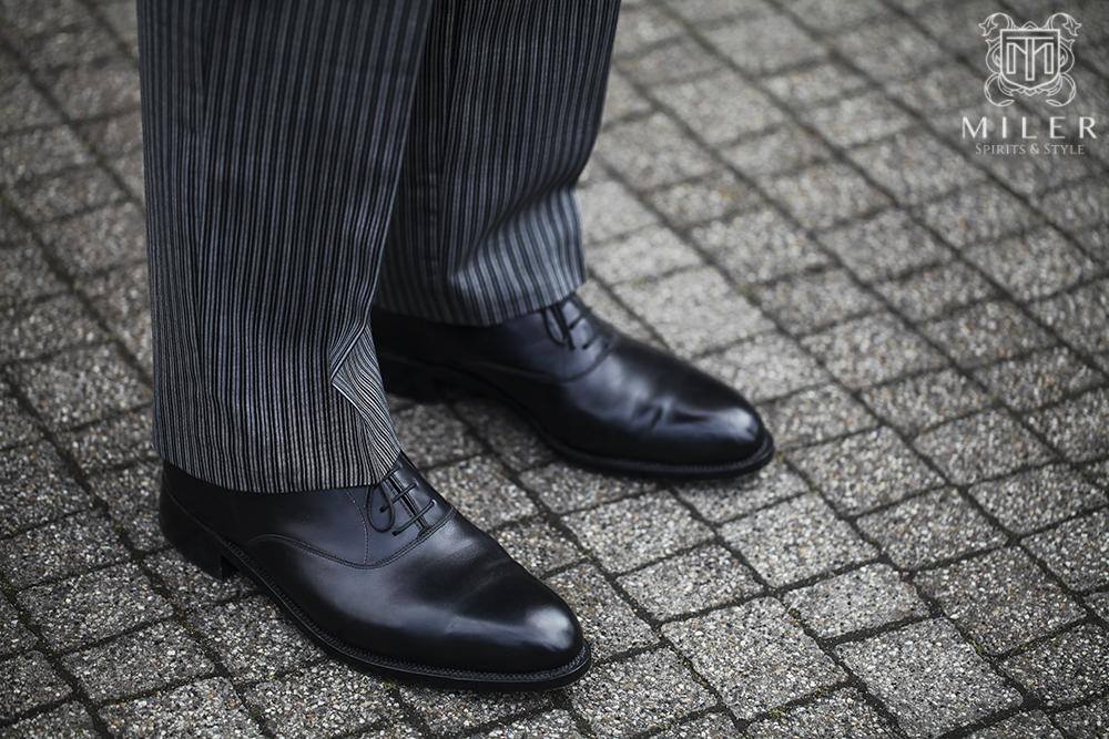 formalne spodnie i czarne buty