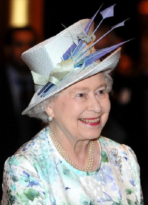 Elżbieta II w kapeluszu