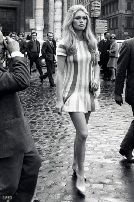 Brigitte Bardot w krótkiej sukience w paski