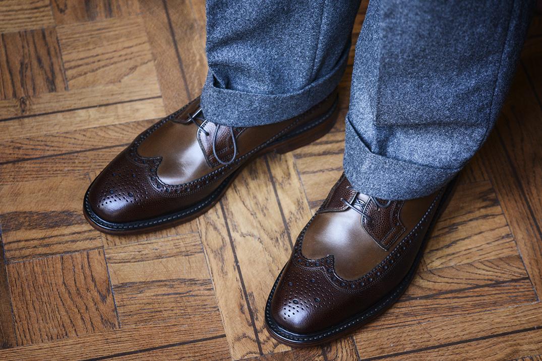 szare spodnie i brązowe buty