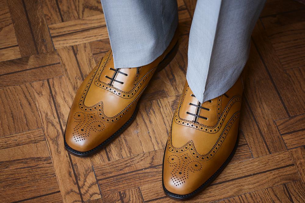 popielate spodnie i karmelowe buty