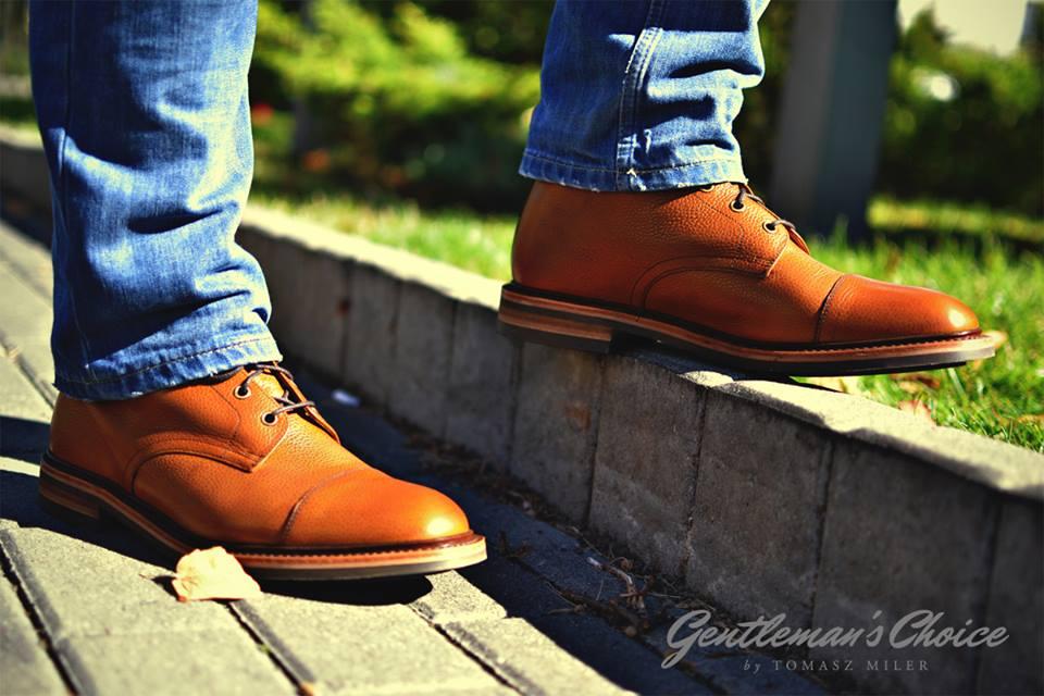 dzinsy i brązowe buty