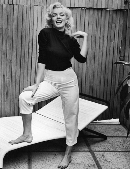 Marylin Monroe w czarnym golfie i jasnych spodniach