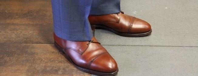 niebieskie spodnie i brązowe buty