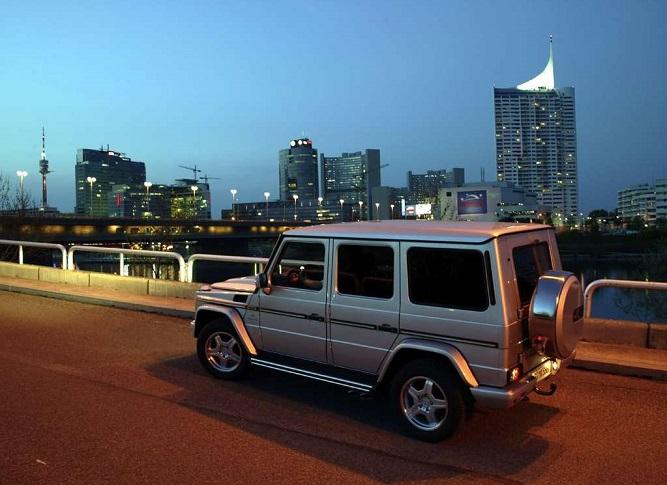 Srebrny Mercedes G mieście