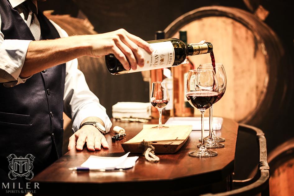 barman nalewający wino do kieliszka