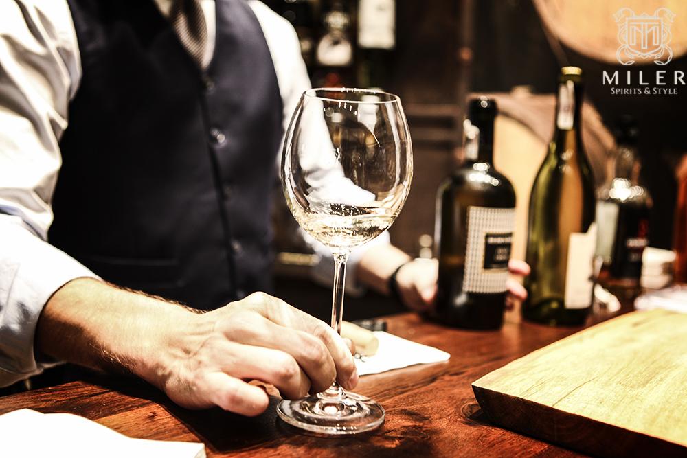 barman z kieliszkiem wina