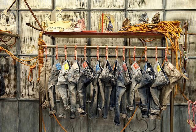 Kilka par jeansów wiszących w fabryce