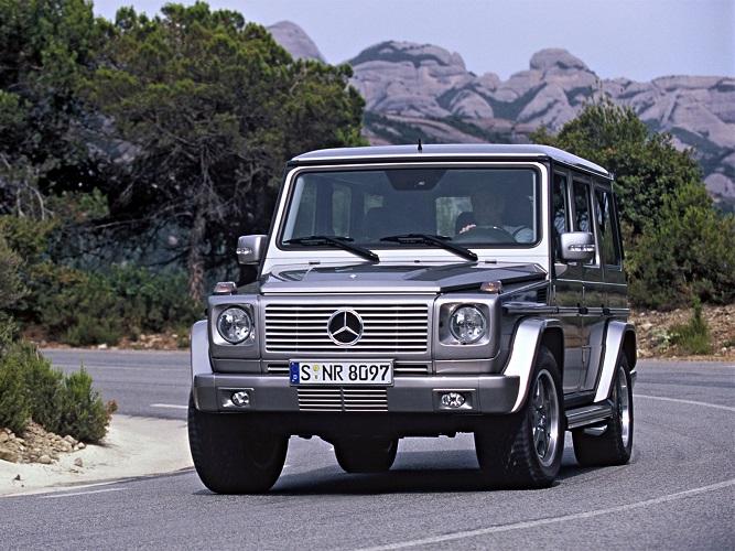 Srebrny Mercedes G na ulicy