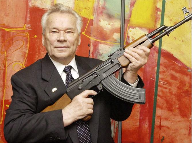 Michaił Kałasznikow ze swoim karabinem. źródło: businessinsider.com