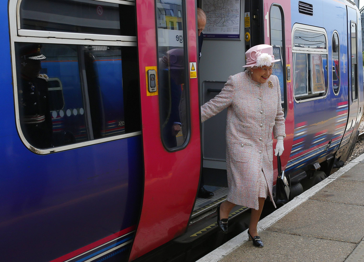 Britain's Queen Elizabeth steps off a train as she arrives for a visit to Cambridge. (Andrew Winning/Reuters photo)