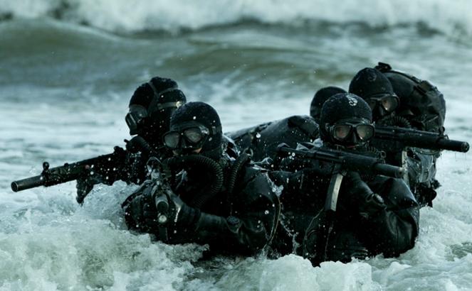 Grom podczas ćwiczeń w wodzie