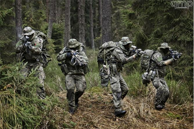 Żołnierze JWK w leśnym kamuflarzu