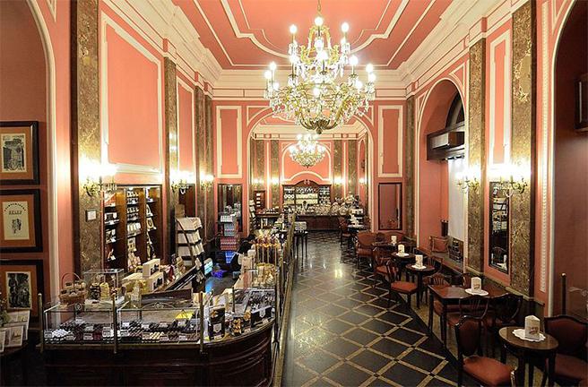 Wnętrze sklepu firmowego przy ul. Szpitalnej 8 w Warszawie; fot. wikimedia.org