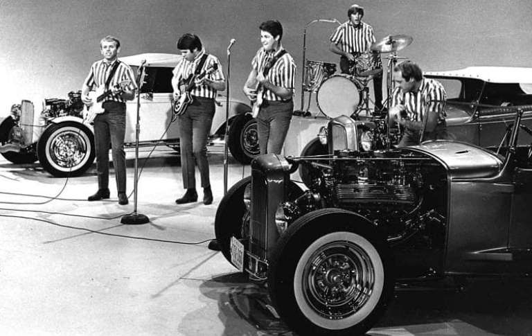 Zdjęcie z planu teledysku I Get Around grupy Beach Boys.