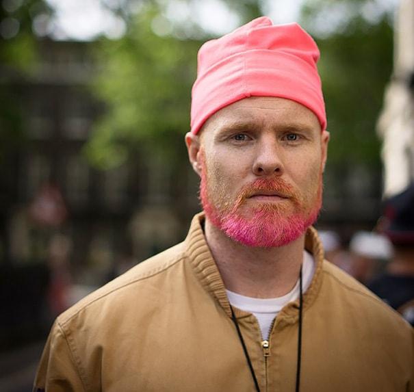 Mężczyzna w różowej czapce i z różową brodą. Sexy.