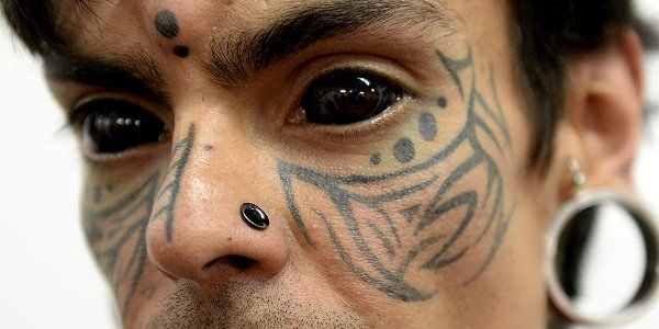 najdziwniejsze trendy: tatuowanie gałek ocznych
