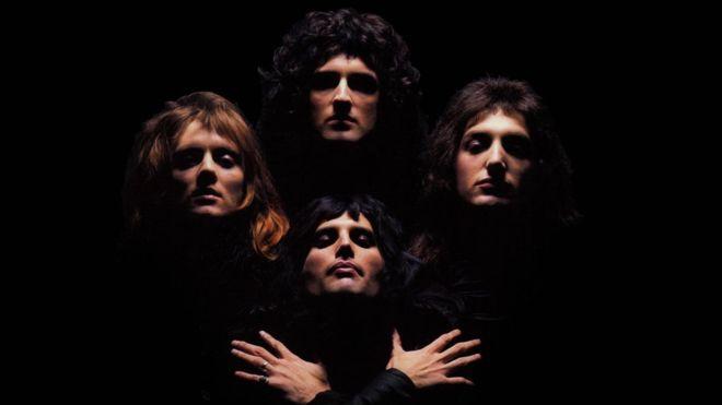 Kadr z teledysku Bohemian Rhapsody Queen.