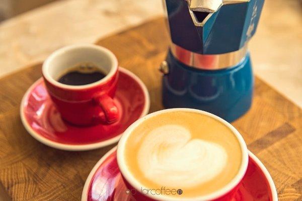 cappuccino, czarna kawa i kawiarka
