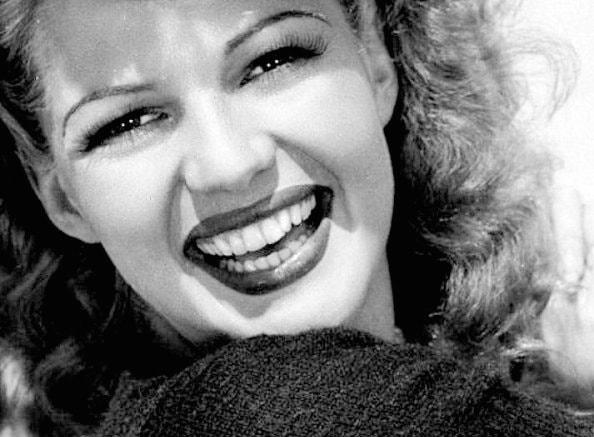 Uśmiechnięta Rita Hayworth