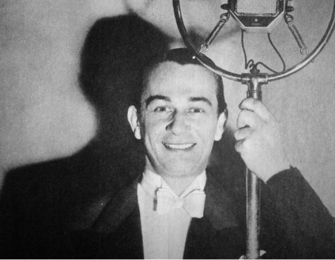 Mieczysław Fogg przy mikrofonie